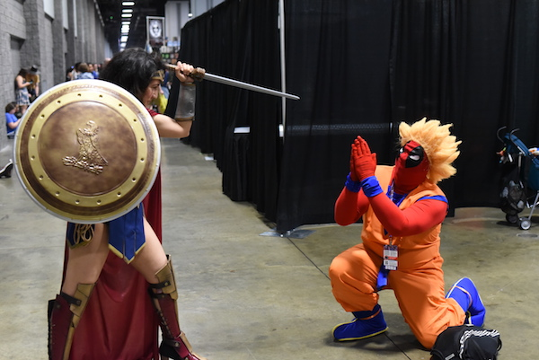 Cosplayer-Wonder-Woman-vs-Deadpool-disguised-as-Goku