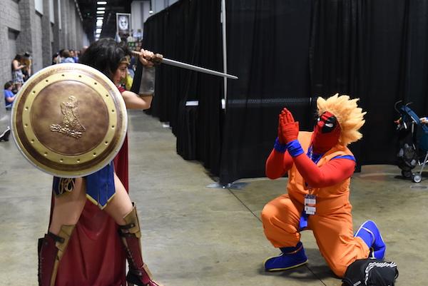 Cosplayer-Wonder-Woman-vs-Deadpool-disguised-as-Goku